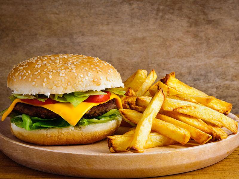 Abbildung eines Burgers mit Pommes